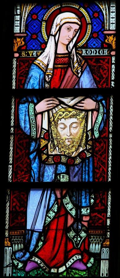 Vitral em Bruges - Veronica de Saint que guarda o véu fotografia de stock