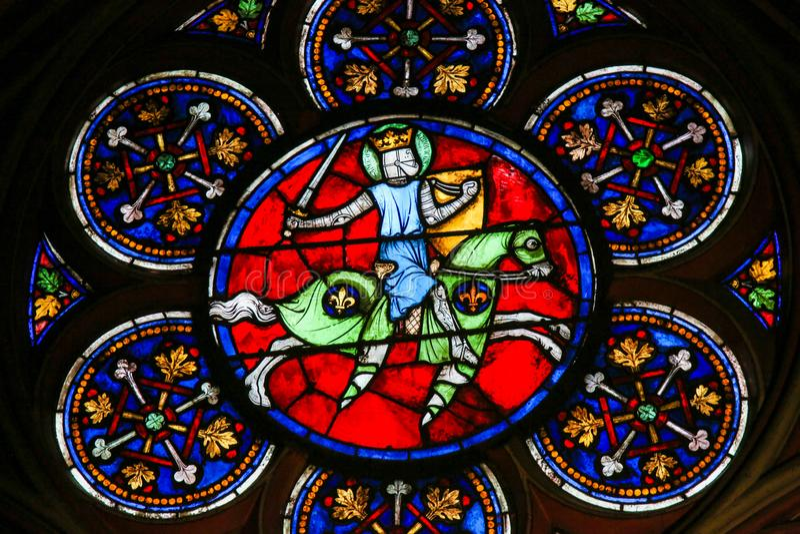 Vitral em Notre Dame, Paris, de um cavaleiro medieval fotos de stock