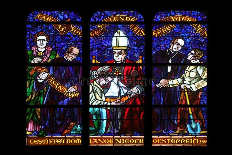 Vitral em Votiv Kirche a igreja votiva em Viena imagem de stock royalty free