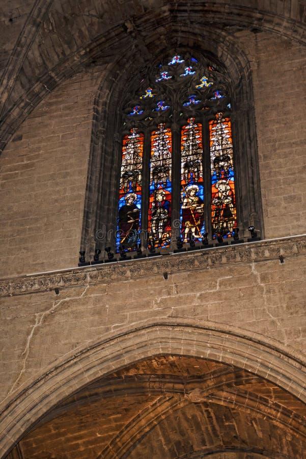 Vitral en la catedral en la ciudad de Sevilla en Andaucia España meridional fotos de archivo