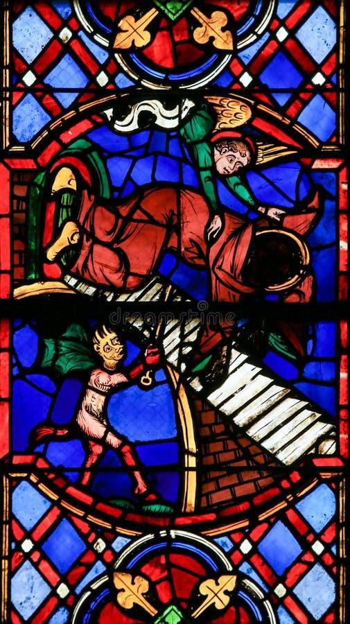 Vitral en la catedral de los viajes - el bien y el mal imagenes de archivo