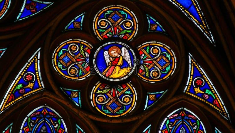 Vitral en Notre Dame, París - ángel de rogación imágenes de archivo libres de regalías