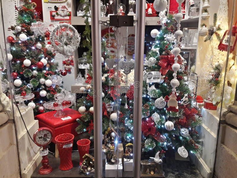 1 vitral hermoso con los árboles de navidad y los ornamentos del blanco rojo-oro-verde foto de archivo libre de regalías