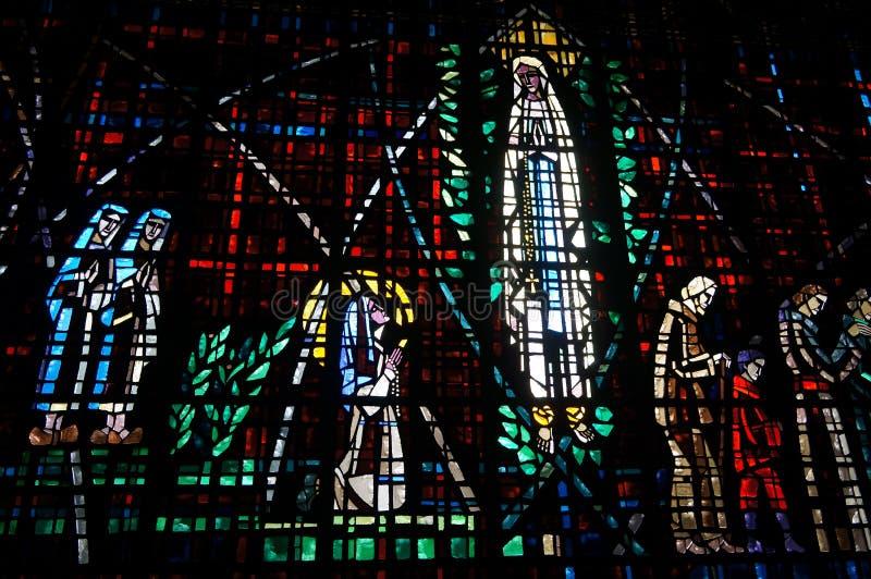 Vitral hermoso en Notre Dame de Lourdes, Casablanca imagenes de archivo