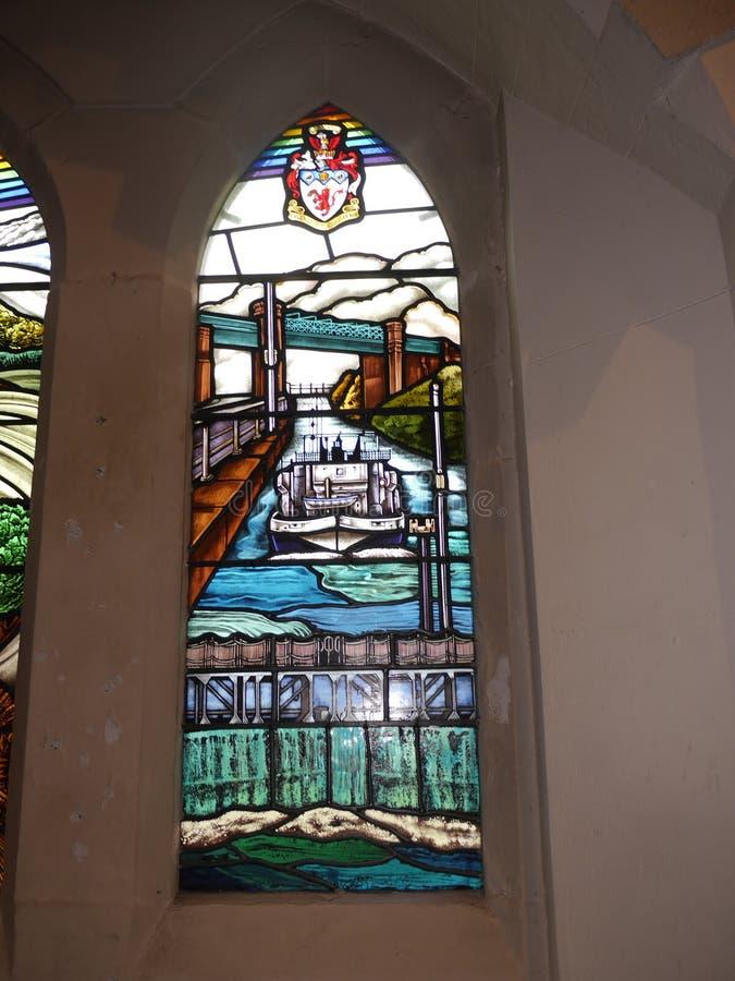 Vitral moderno en iglesia en Irlam Salford Lancashire fotos de archivo