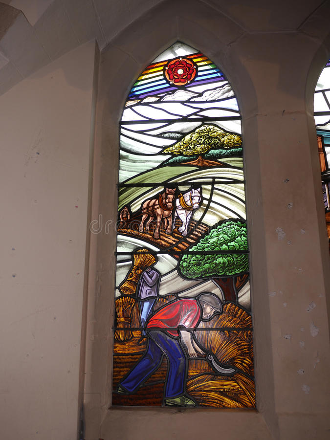Vitral moderno en iglesia en Irlam Salford Lancashire fotos de archivo libres de regalías