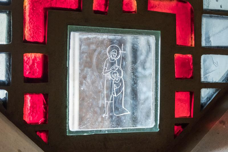 Vitral na janela da basílica do aviso na cidade velha de Nazareth em Israel foto de stock royalty free