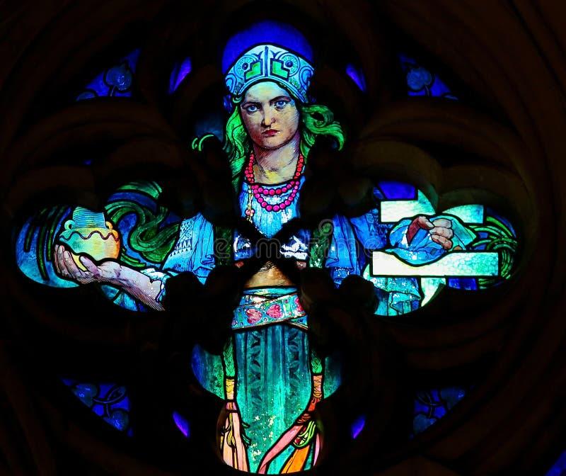 Vitral por Alphonse Mucha na catedral de Praga fotografia de stock