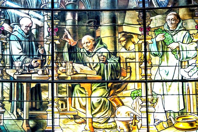 Vitral que representa a monjes benedictinos como fuente de origen para foto de archivo