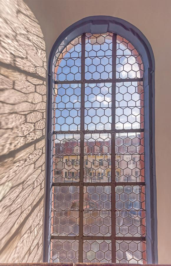 Vitral viejo de una iglesia con las sombras imagen de archivo libre de regalías