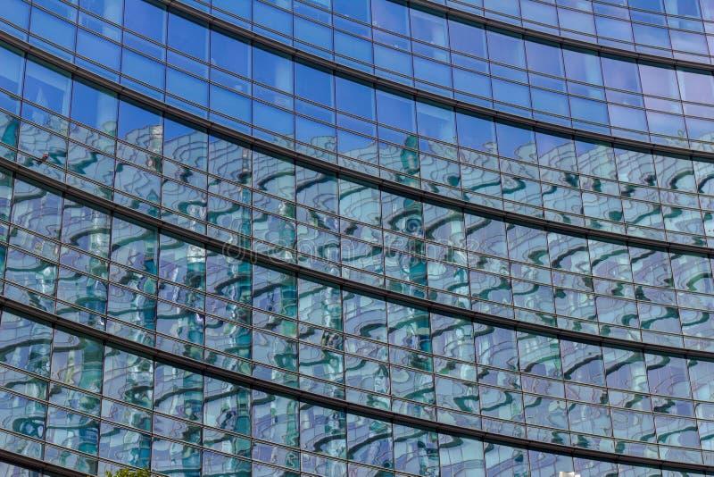 Vitrales del espejo del rascacielos imagen de archivo