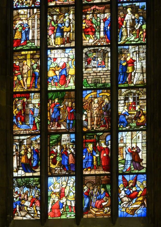 Vitrales dentro de los di Milano, la iglesia de Milan Cathedral o del Duomo de la catedral de Milán, Lombardía, Italia fotos de archivo