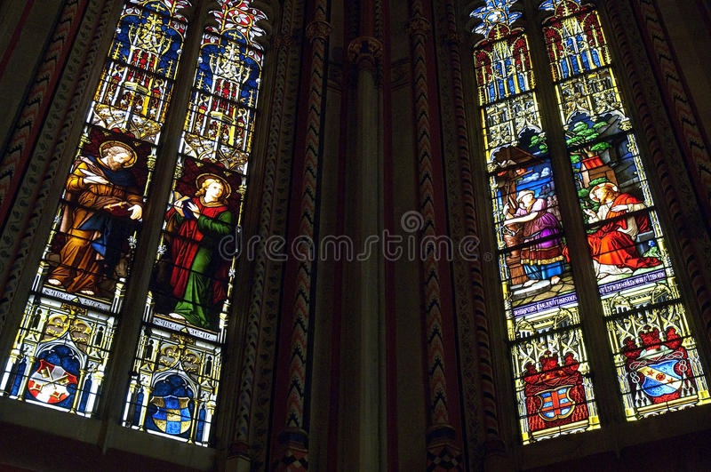 Vitrales en catedral del Saint Pierre fotografía de archivo