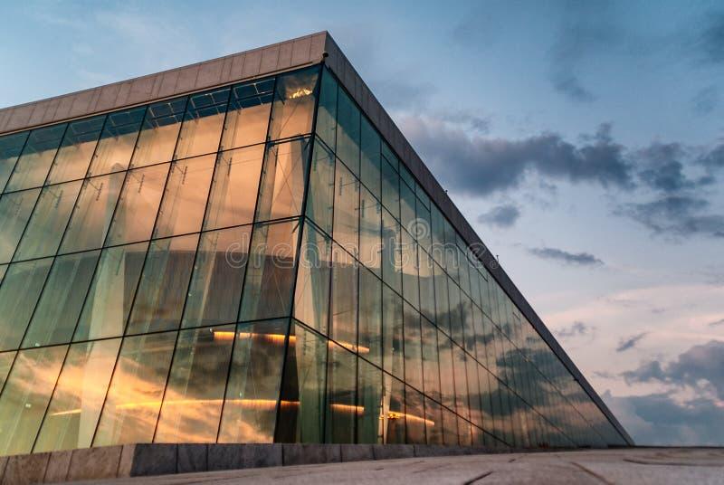 Vitrificação exterior do teatro da ópera de Oslo em Noruega fotografia de stock