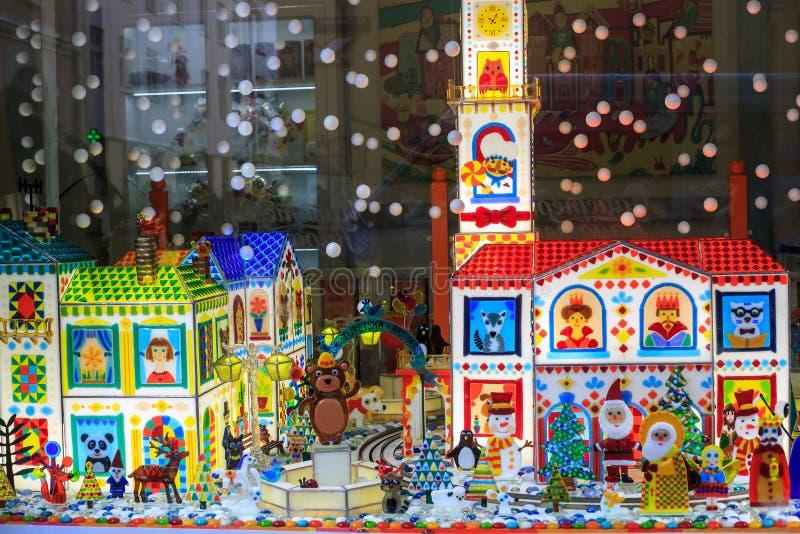 Vitrine de l'atelier de caramel avec mini figurines en verre à Lviv, Ukraine photographie stock libre de droits