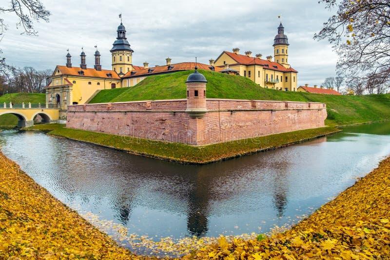 Vitrysk turist- gränsmärkedragningsNesvizh slott - medeltida slott i Nesvizh, Vitryssland royaltyfria bilder