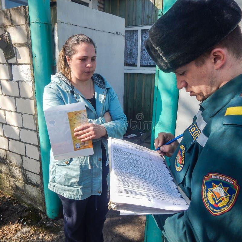 Vitryska brandmän kontrollerar privata hem för brandsäkerhet i den Gomel regionen royaltyfri foto