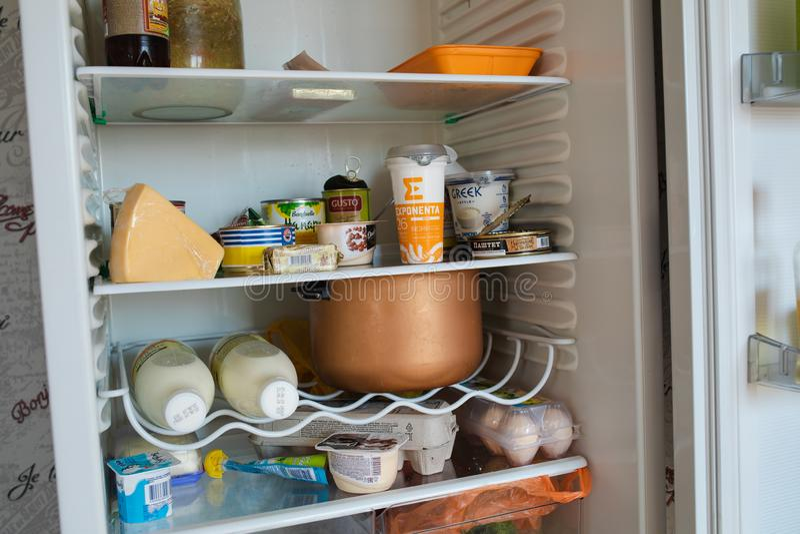Vitryssland Minsk 06 främre sikt 12 2019 av kylskåpet mycket av mat som hemma blir arkivbilder