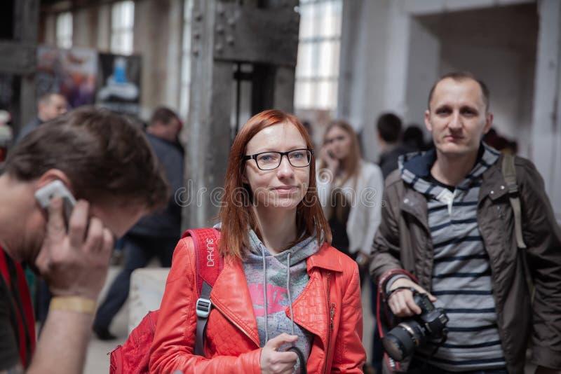 Vitryssland Minsk, kan 17, 2015, den Oktyabrskaya gatan, cyklistfestival par av turister på en stadsgata arkivbild
