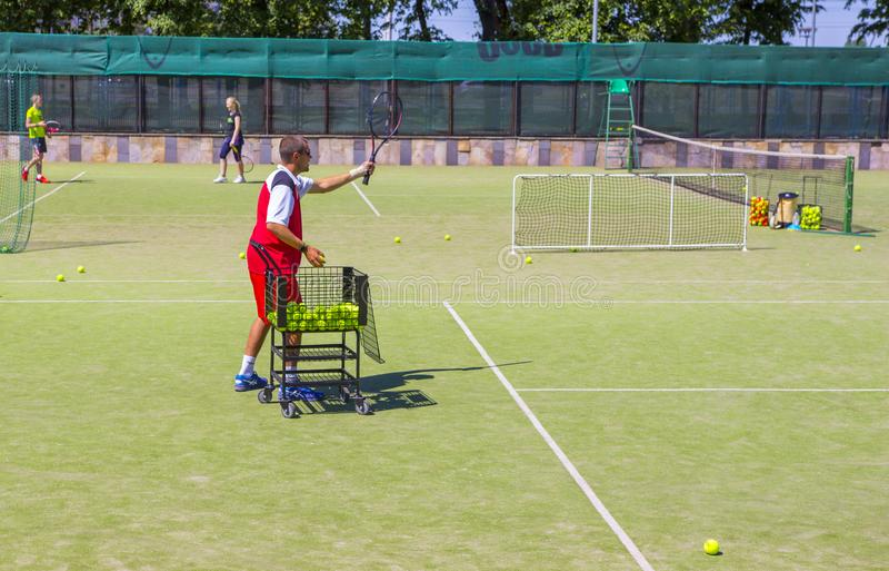 Vitryssland Minsk 08 06 2018 lagledaren tjänar som en tennisboll tennislagledare arkivfoton