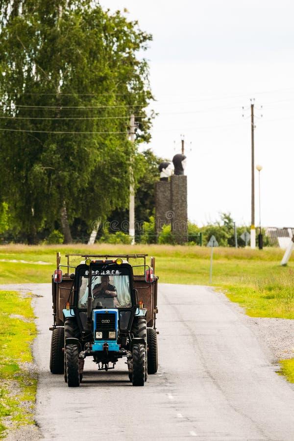 Vitryssland traktor i byn av Igovka på vägen _ royaltyfri fotografi