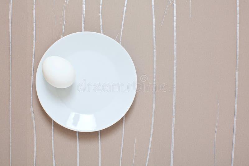 Vitt ägg på pastellfärgad bakgrund royaltyfria bilder