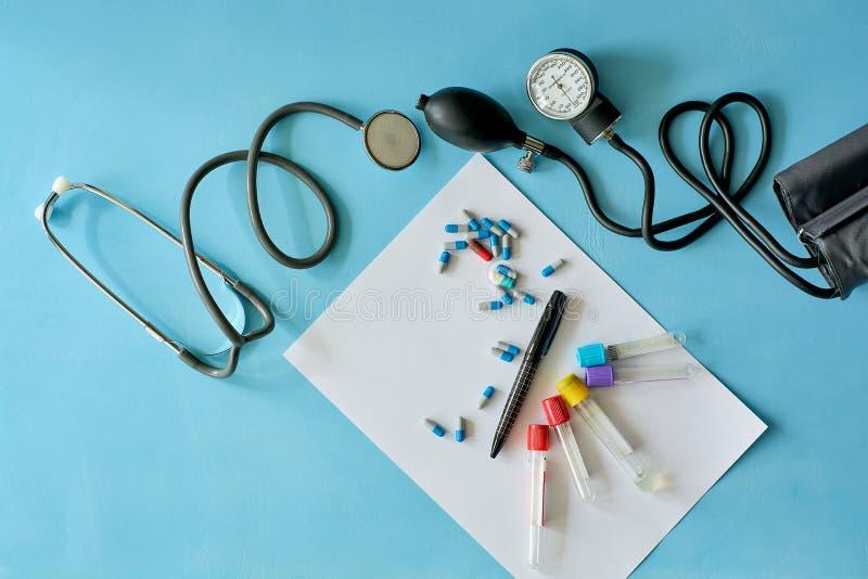 Vitt arkpapper med den svarta pennan och kulöra olika piller royaltyfri foto