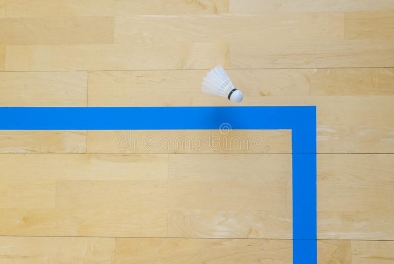 Vitt badmintonfjäderbollar och blålinjenhallgolv på badmintondomstolar Punktögonblick royaltyfria bilder