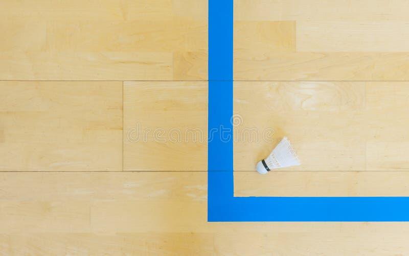 Vitt badmintonfjäderbollar och blålinjenhallgolv på badmintondomstolar Punktögonblick royaltyfri foto