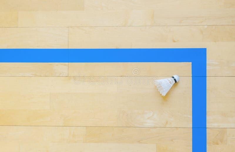 Vitt badmintonfjäderbollar och blålinjenhallgolv på badmintondomstolar Punktögonblick royaltyfria foton