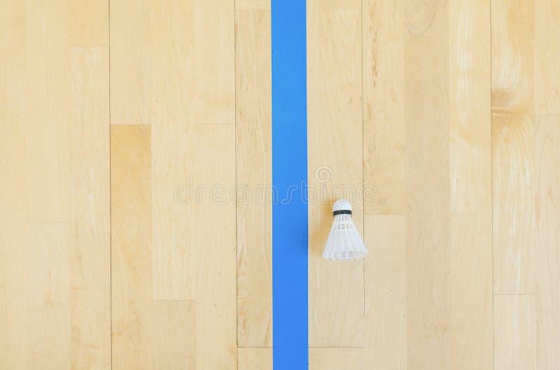 Vitt badmintonfjäderbollar och blålinjenhallgolv på badmintondomstolar Punktögonblick fotografering för bildbyråer