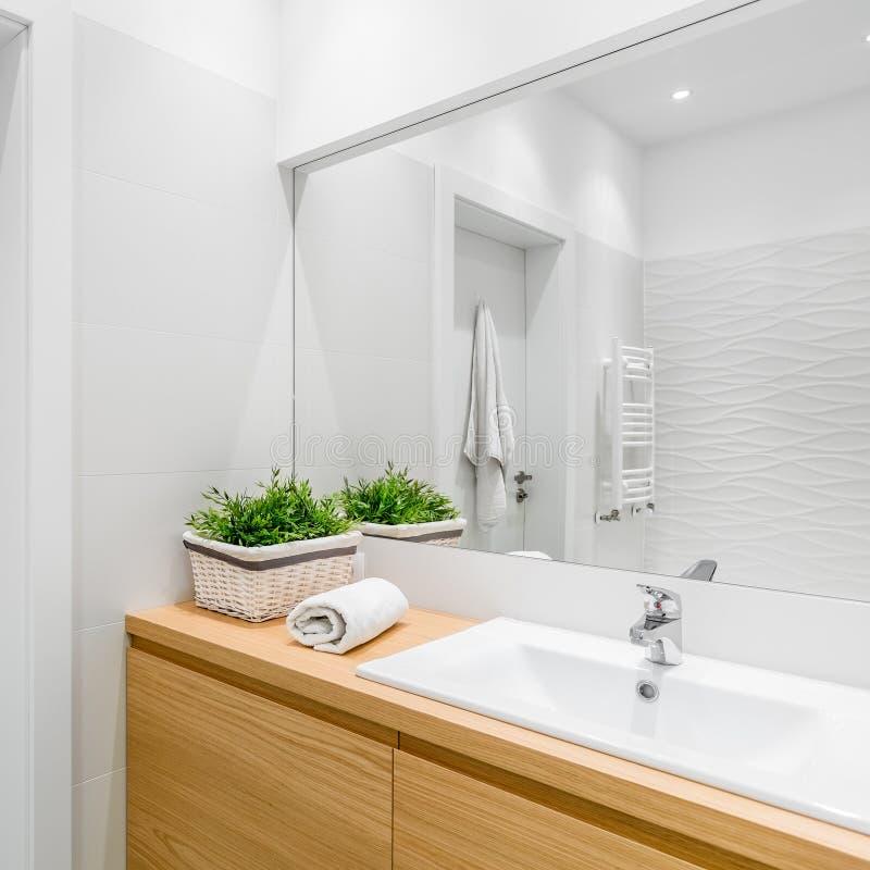 Vitt badrum med strukturella tegelplattor arkivfoto