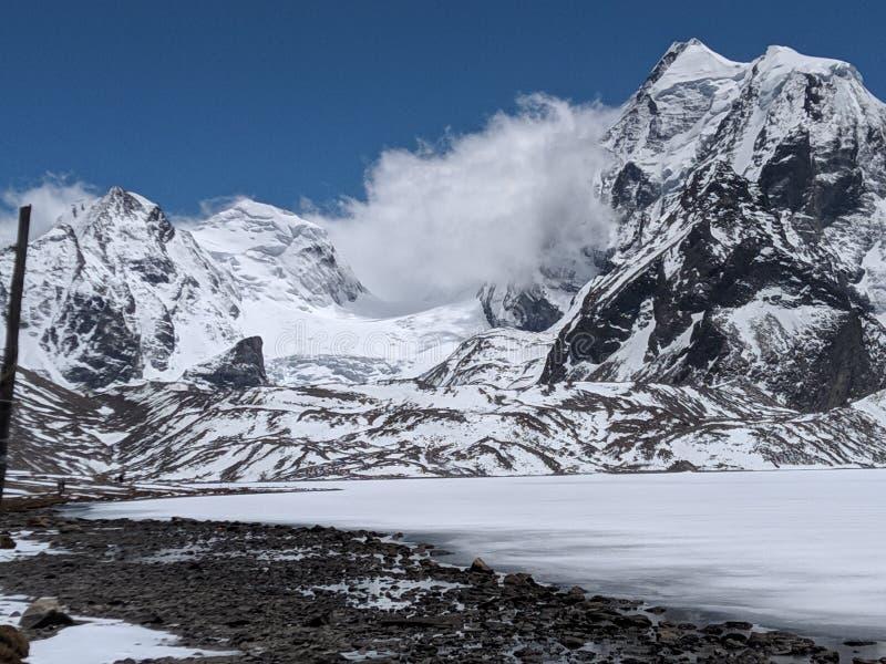 Vitt berg som täckas av snö arkivfoto