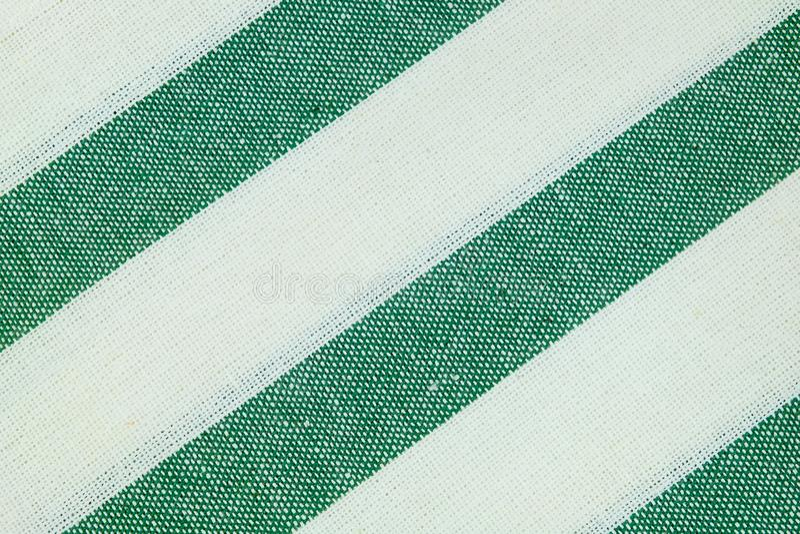 Vitt bomullstyg med gröna band mönstrar bakgrund royaltyfria bilder