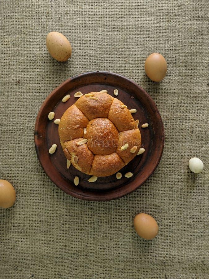 Vitt bröd med muttrar på leraplattan fotografering för bildbyråer