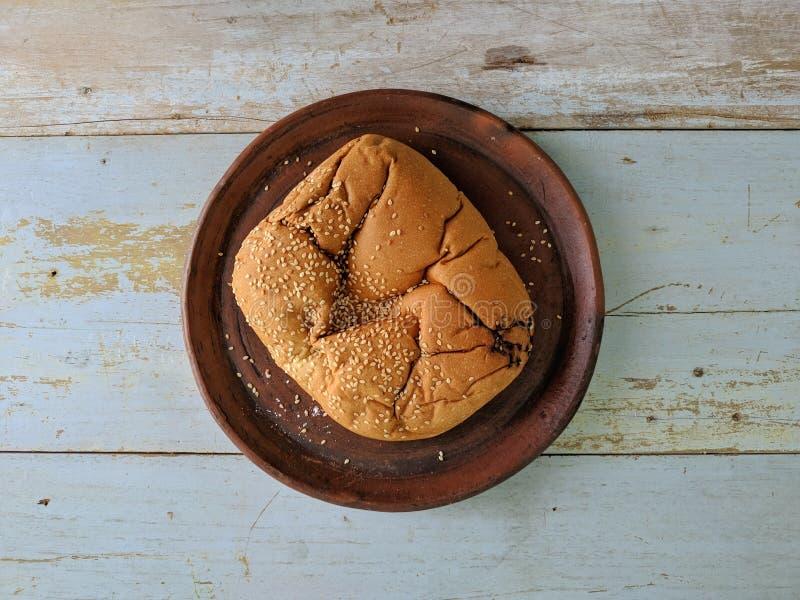 Vitt bröd med sesam på träbräde royaltyfri bild