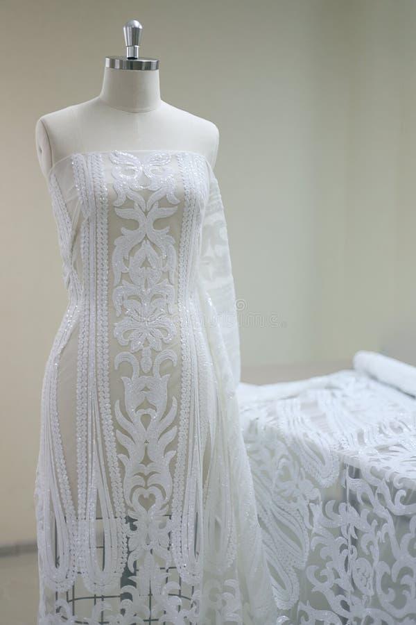 Vitt brölloptyg på en modell arkivbilder