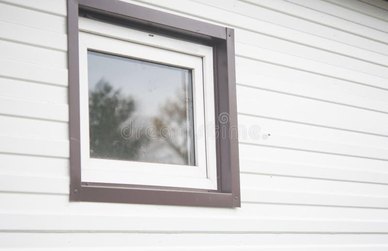 vitt fönster på väggen arkivbilder