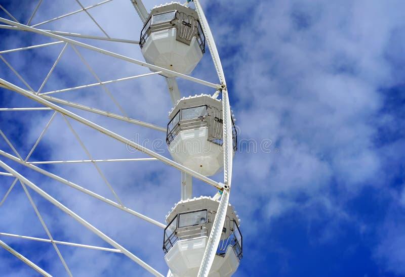Vitt ferrishjul mot bl? himmel royaltyfria foton