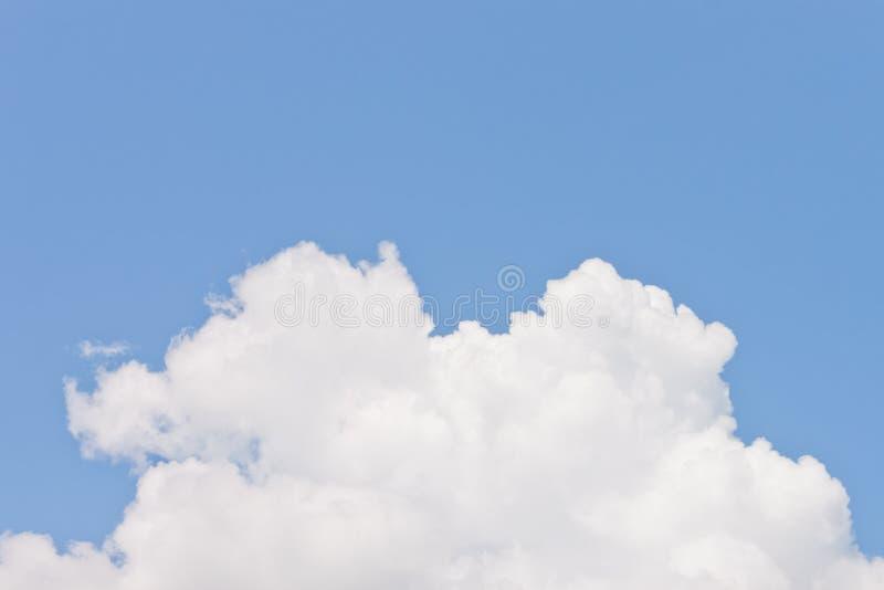 Vitt fluffigt moln royaltyfri fotografi