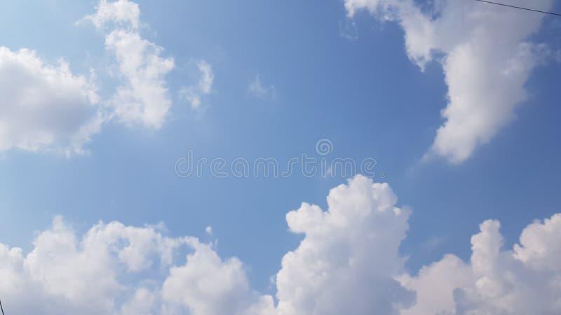 Vitt fluffigt moln med blå skye arkivfoton