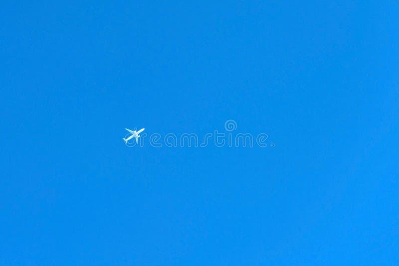 Vitt flygplan i avståndet mot den blåa himlen, Hanoke, Japan Kopiera utrymme för text arkivfoton