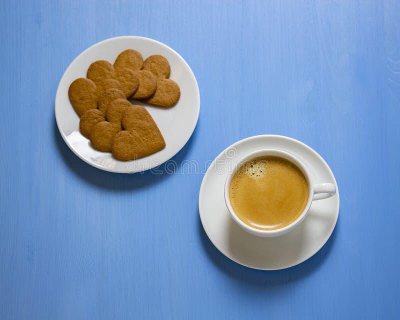 Vitt havregrötkaffe med cremaen, tefat med hjärta-formade kakor Efterr?tt f?r en arkivfoton