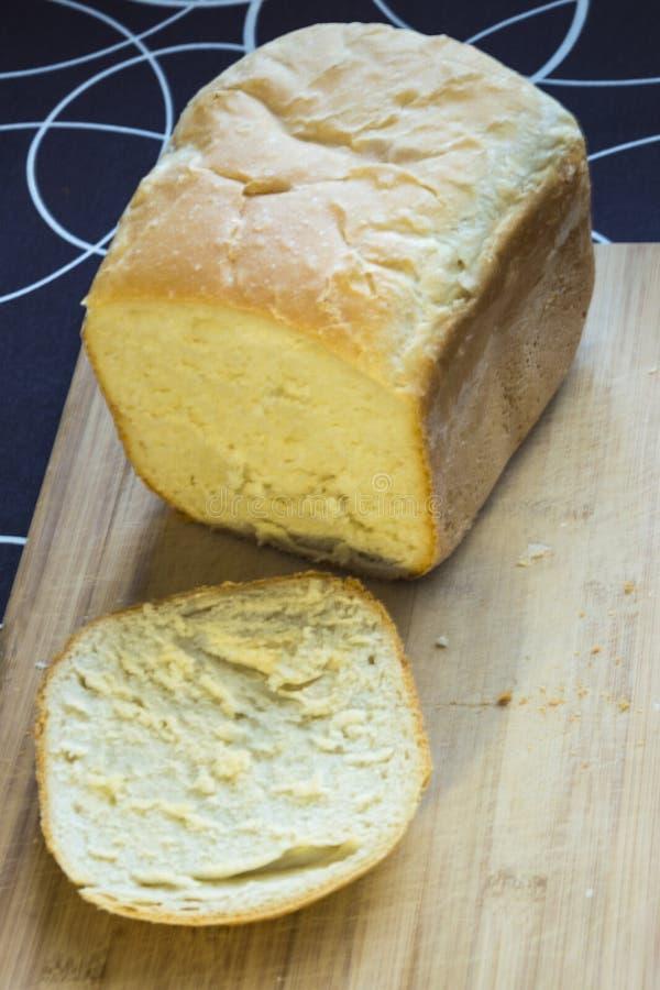Vitt hemlagat bröd på trät som isoleras royaltyfri foto
