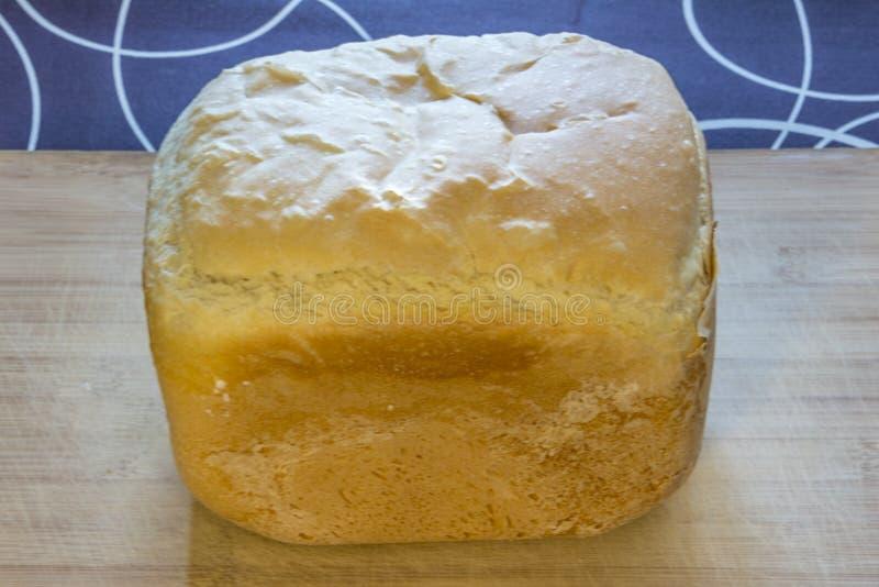 Vitt hemlagat bröd på trät som isoleras på svartvitt royaltyfri foto
