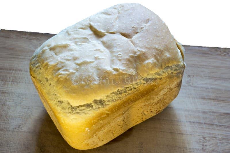 Vitt hemlagat bröd på trät som isoleras på vit royaltyfria foton