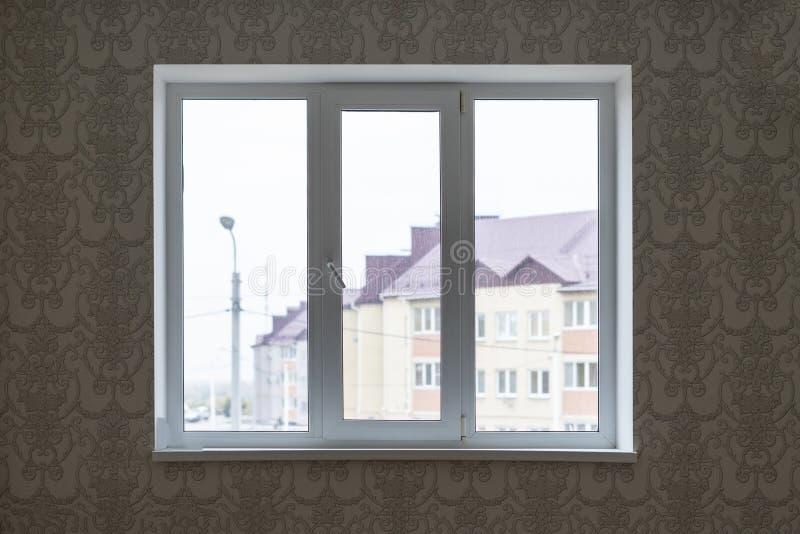 vitt hemmastatt rum f för dubbelt eller trefaldigt plast- fönster royaltyfri fotografi