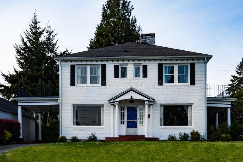 Vitt hus för tegelstentvå-berättelse familj royaltyfri foto