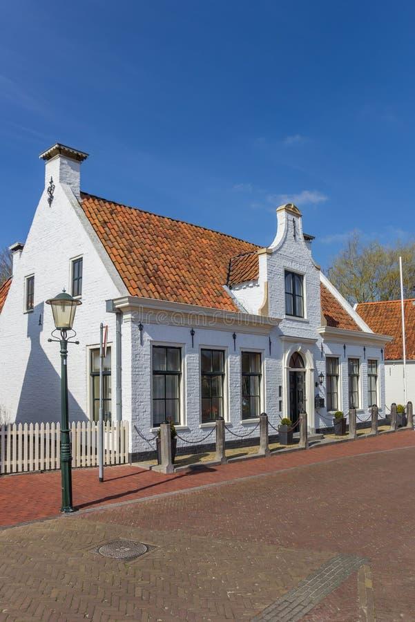 Vitt hus i den histroical byn av Aduard arkivbild