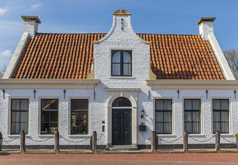 Vitt hus i den histroical byn av Aduard royaltyfria bilder